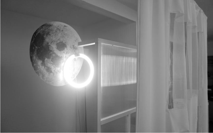 Marion Flament, CAPTURES - PLEINE LUNE. Tube fluo led, tissu, impression lazer sur papier, bois, policarbonate, 190 x 110 x 40cm Exposition POR VENIR, Casa De Velazquez, novembre 2016