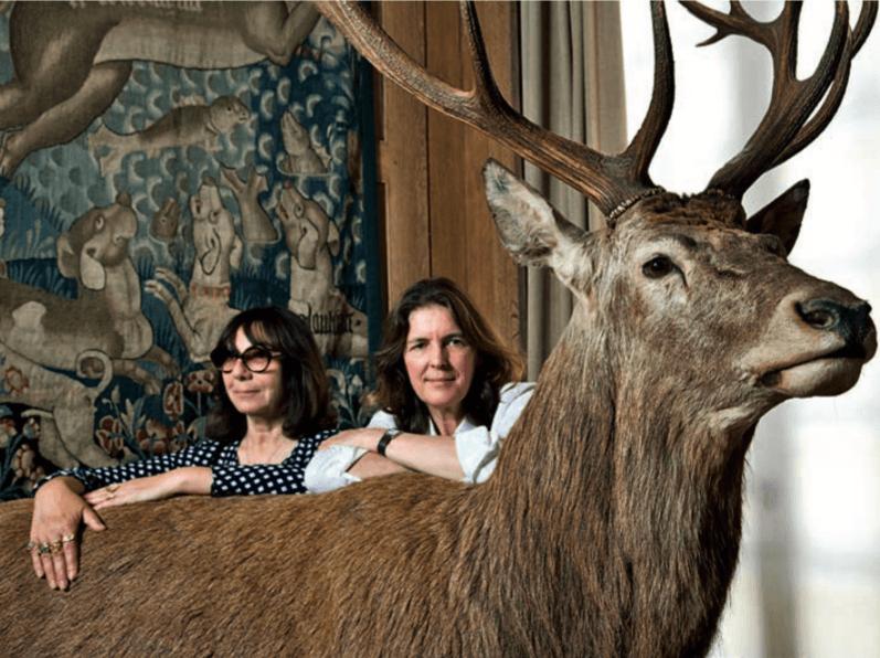 Sophie Calle et Serena Carone dans la salle du Cerf et du Loup. © Musée de la Chasse et de la Nature, Paris, 2017 – Thilo Ho mann