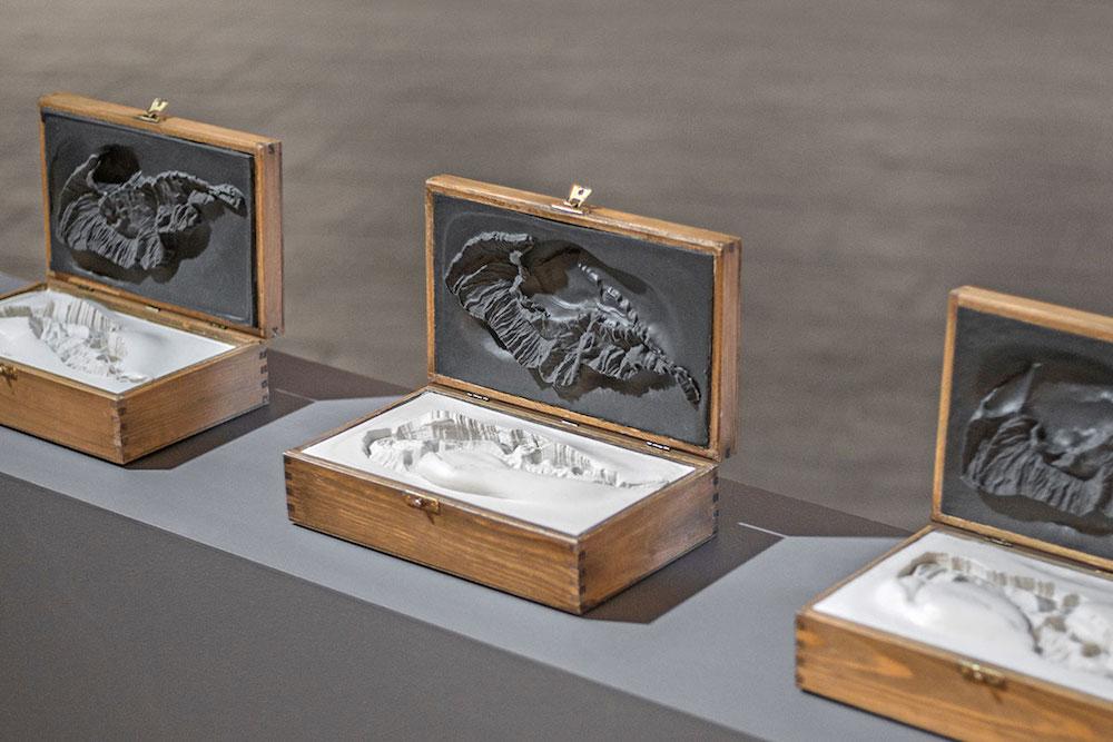 Thomas Tronel Gautier, L'île engloutie – 3 coffrets 2015. 3 coffrets bois, silicone gris, résine blanche, 27 x 21,5 x 16 cm (chaque).