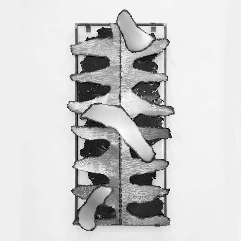 Amandine Guruceaga, Rebajar, cuir, résine, acier, 200 x 106 x 10 cm. Photo : Alexandre Guirkenger
