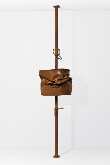 Benjamin Sabatier - Barrel 2 - 2010, étai et baril en métal, hauteur réglable (250 à 390 cm) x 60 x 60 cm - Courtesy Galerie Bertrand Grimont
