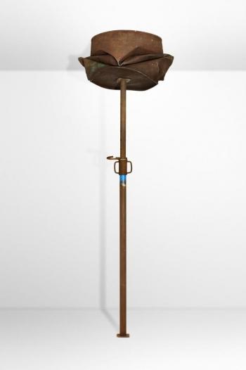 Benjamin Sabatier - Barrel - 2010, étai et baril en métal, hauteur réglable (200 à 310 cm) x 60 x 60 cm - Courtesy Galerie Bertrand Grimont