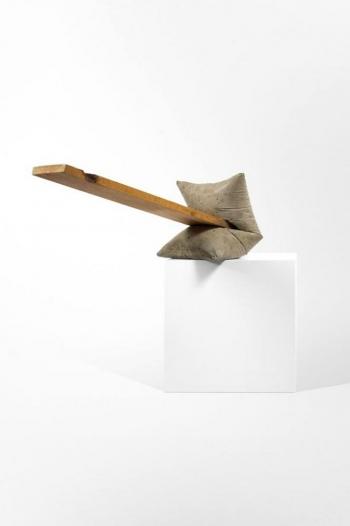 Benjamin Sabatier - Sacs 2 - 2009, bois et béton sur socle en médium peint, 84 x 100 x 100 cm - Courtesy Galerie Bertrand Grimont