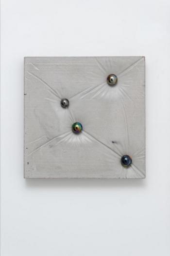 Benjamin Sabatier - Sans titre, 2016, béton et billes, 46 x 46 x 10 cm - Courtesy Galerie Bertrand Grimont
