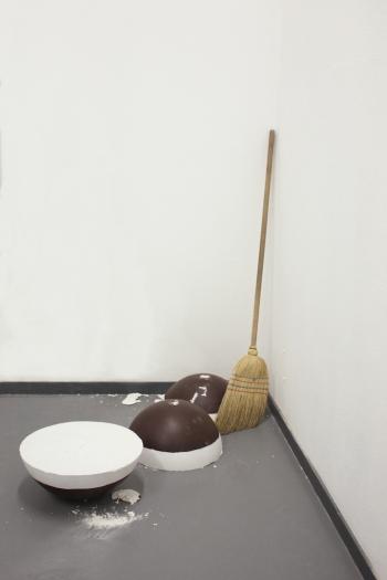 Caroline Schattling Villeval, Trois Renversés / Cafés Glacés, 2016, dimensions variables, plâtre, peinture acrylique, balais