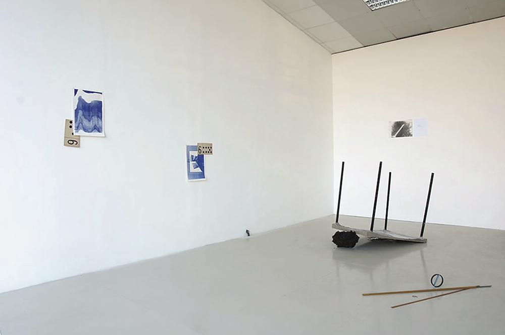 Damien Fragnon, vue de l'exposition COUTEAU CHÂTEAU BOIS NOIR Avec Félicia Atkinson, Naomi Maury.