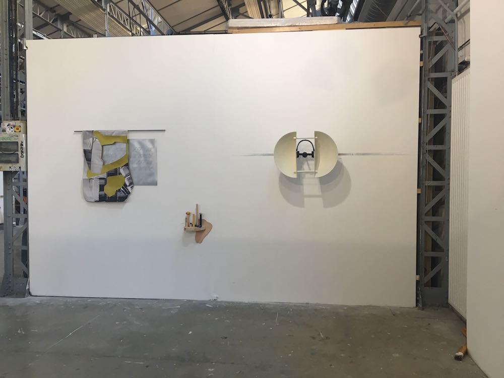 Vue d'exposition 1+1=1 - Villa Belleville Paris - de gauche à droite : Bérénice Lefebvre & Etaïnn Zwer, Lauren Tortill et Jean-Charles de Quillacq (au sol)
