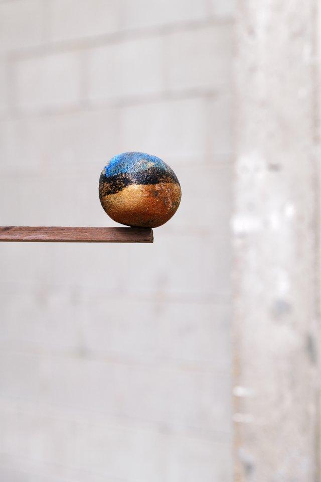 Détail de l'exposition de Julien Creuzet La pluie a rendu cela possible à Bétonsalon - Centre d'art et de recherche, Paris, 2018. Image © Aurélien Mole.