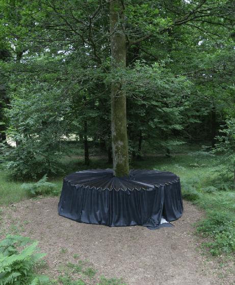 Jonas Delhaye, De sa cellule à l'heure sans ombre le moment où je peux voir, 2017 bois, contreplaqué  lmé, élastomère, feutre, diamètre 510 cm