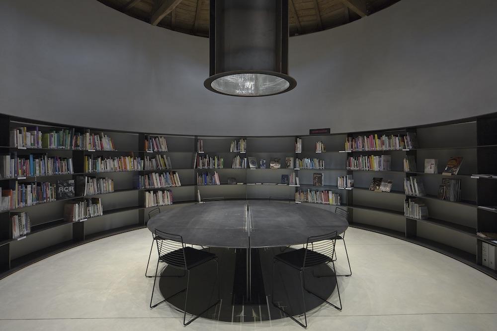 La Tour des Livres de La cuisine, centre d'art et de design, château de Nègrepelisse, 2014. RCR Arquitectes. © Yohann Gozard