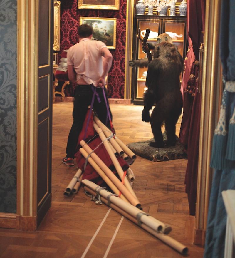 Nicolas Puyjalon, À Dada sur mon bidet, 2009 - 2013.24 Avril 2013, sur une invitation de Mehdi Brit,Musée de la Chasse et de la Nature, Paris.Photo : Nadège Ricur.