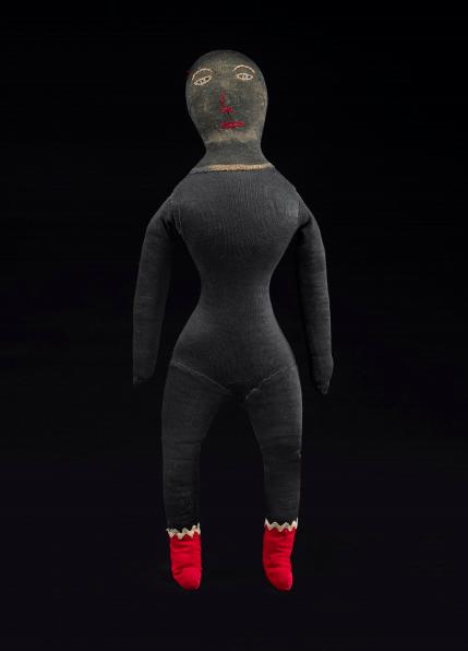 Black Doll, Poupée noire, Auteure inconnue, Poupée aux bottines rouges, États-Unis, fin du XIXe siècle. Textiles divers, verre. Photo : Ellen McDermott, New York City