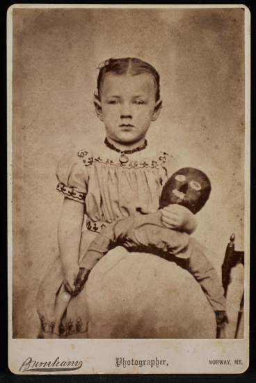 Black Doll, Poupée noire, Photographe anonyme, photographie format carte de visite, Burnham Studio, Norway, Maine, Etats-Unis, circa 1870-85. Photo : Ellen McDermott, New York City