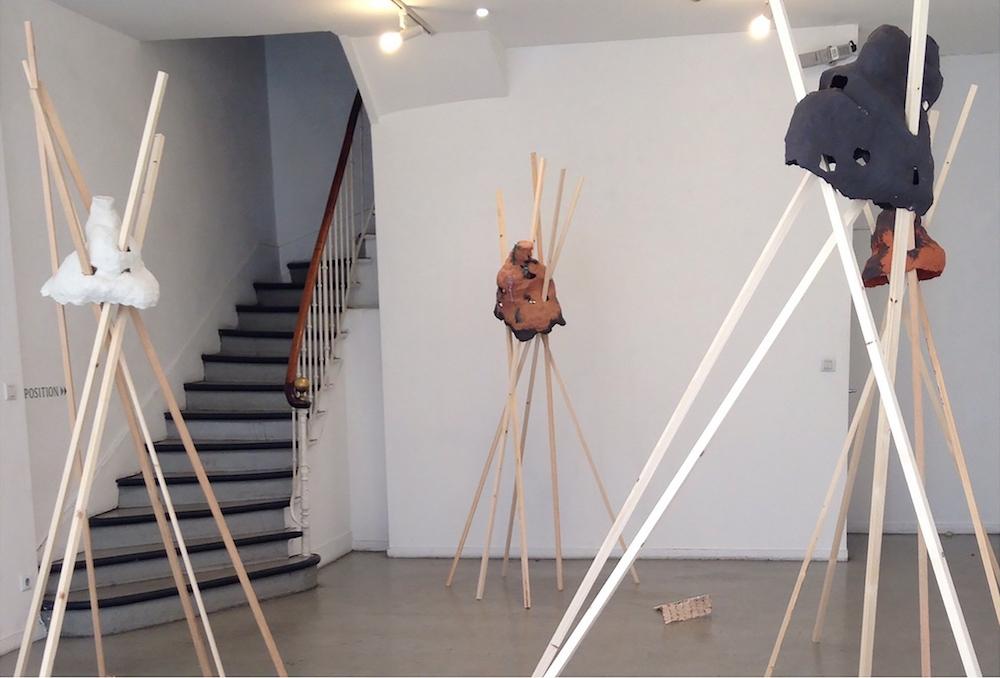 Naomi Maury, Abris, 2016 (vue de l'exposition ABRIS à la MAPRAA Lyon). Céramiques porcelaine et grès, tasseaux, émaux. Courtesy artiste