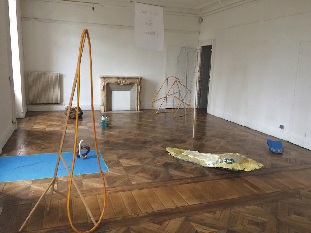Naomi Maury, Et en haut du mont l'horizon, 2016 (vue de l'exposition Avant que jeunesse à l'école des beaux arts de Sète). Matériaux mixtes. Courtesy artiste