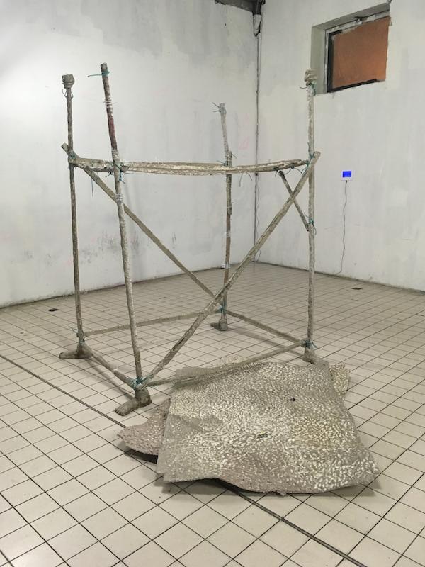 Naomi Maury, Pipeland #2, 2017-2018 (vue de l'exposition à la Capela, Paris). Papier mâché, serre flex, équerres plates, minis moteurs vibreurs, plastique fondu. Courtesy artiste