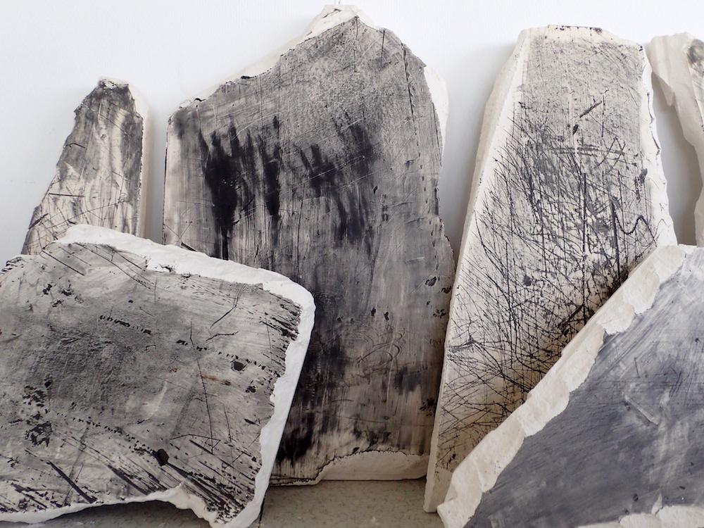 Rémi de Chiara, Miroir de faille, graisse mécanique, graphite et charbon sur plâtre, dimensions variables,  2016 - vue de l'exposition Post-carbone, à L'Angle Art Contemporain (74)