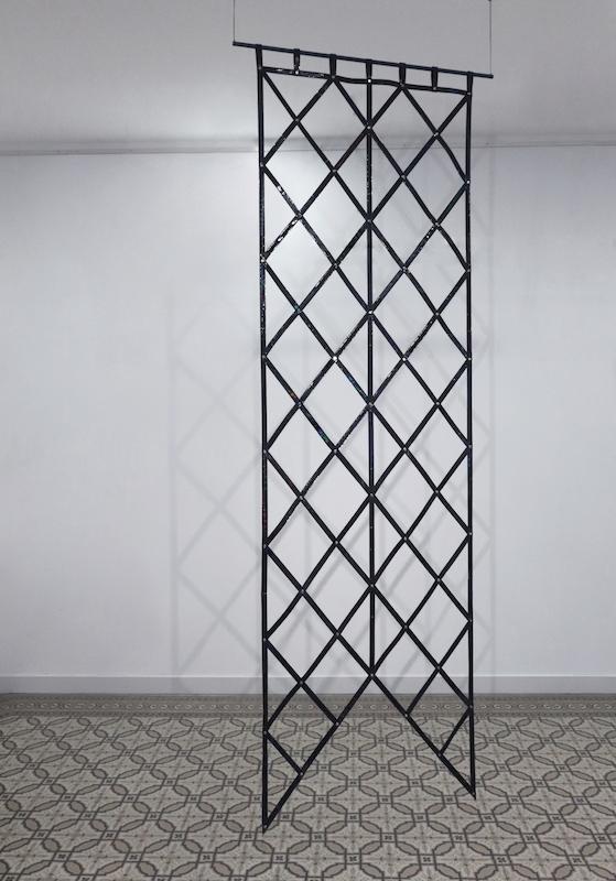 Floryan Varennes, Ad Astra, 2018. Etendards en cuir iridescent noir, rivet, 80x275cm. Exposition Motifs Belligérants, Centre d'arts Fernand Léger-Port de Bouc 2018