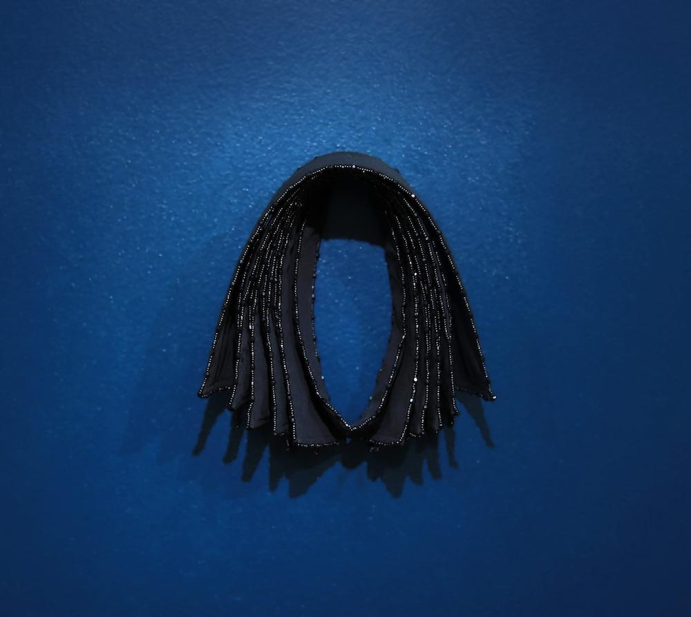 Floryan Varennes, Hiérophanie, 2017. Cols de chemises, perles de rocailles noires, 20x30cm. Exposition  Motifs Belligérants, Centre d'arts Fernand Léger-Port de Bouc 2018