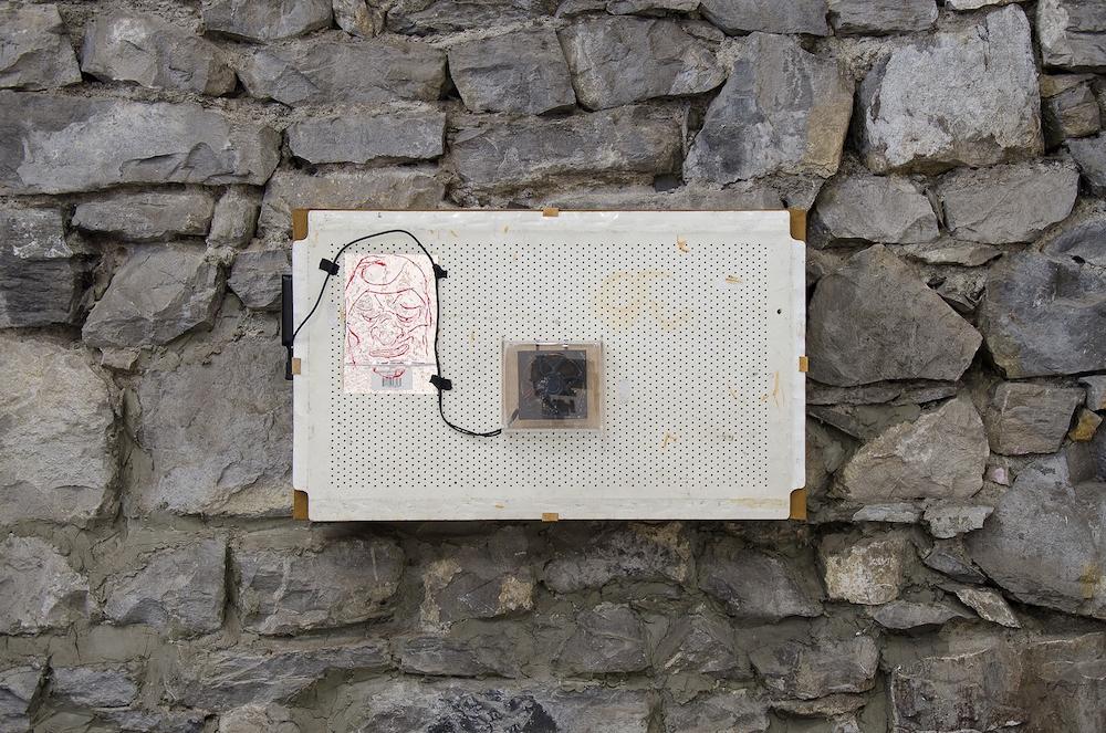 Jonathan Vidal, Defective heating system waiting for the empathy of the neo liberalism. Tissu Hermès, ventilateur, grille d'aération, batterie portative, 2018.