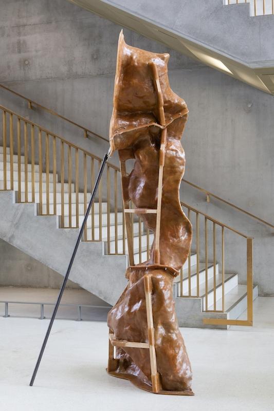 Laurence de Leersnyder,L'envers du vide III, 2013 - Résine, élastomère, bois, 280 x 80 x 60cm - HEC, Jouy-en-Josa