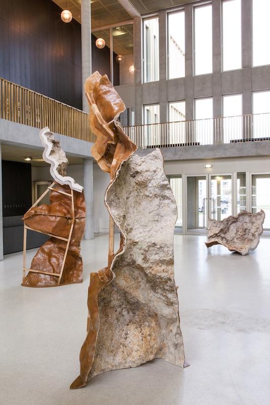 Laurence de Leersnyder,L'envers du vide I & II & III, 2013. Résine, élastomère, bois - HEC, Jouy-en-Josas