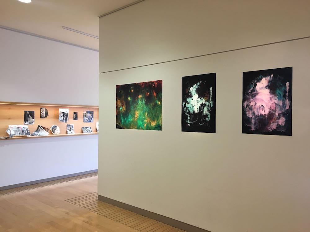 Vue de l'exposition Pièce montée des étudiants de l'isdaT beaux-arts, Toulouse. Médiathèque José Cabanis.