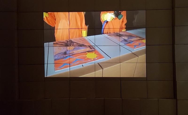 Le Gentil Garçon, Restore Hope, 2011 Cartons, tubes en carton, reproductions maquillées du Cri de Munch, costumes, vidéo sonore en boucle. Dimensions variables. Photographie Karine Mathieu