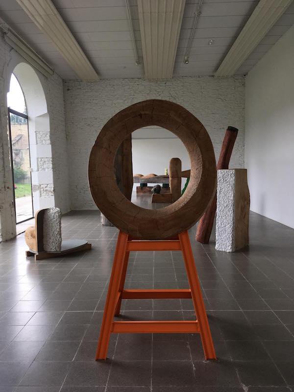 Roland Cognet, vue de l'installation dans les écuries du Domaine de Kerguéhennec, 2018 © Ida Simon