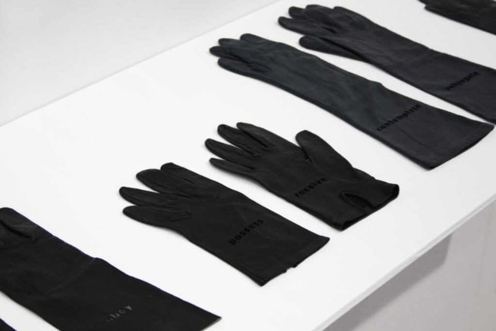 Agnès Geoffray, Les élégantes, 2018 Gravure laser sur gants en cuir. Courtesy artiste et galerie Maubert.