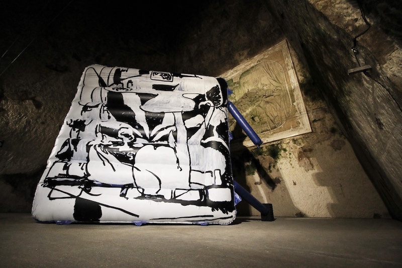 Antwan Horfee The Rave Cave, 2018 Production in situ, château gonflable, peinture, projection vidéo, dimensions variables, courtesy de l'artiste, photo Frédéric Laurès