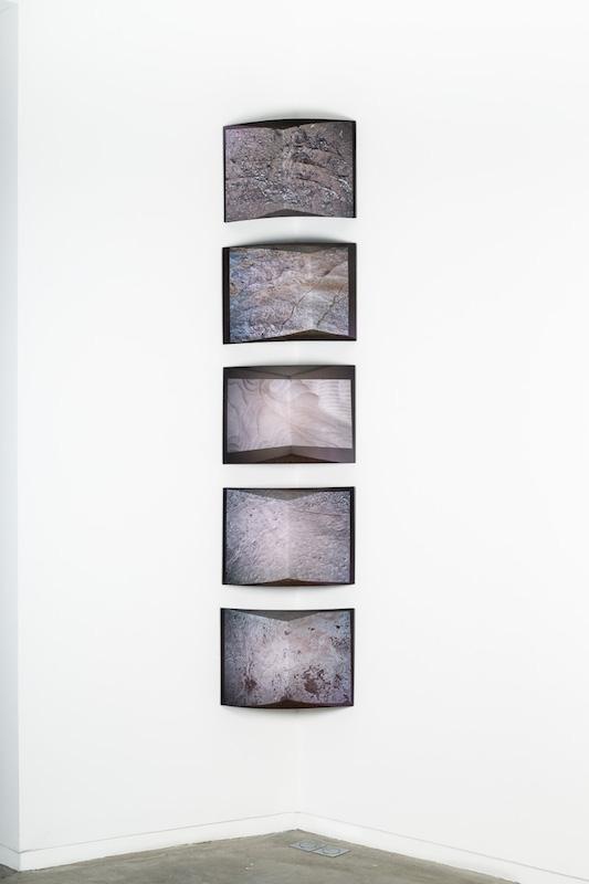 Caroline Reveillaud, Endpaper, 2018, tissu imprimé et papier de reliure, contrecollé sur bois 31 x 42 cm. série de 9 ex. Photo © Margot Montigy