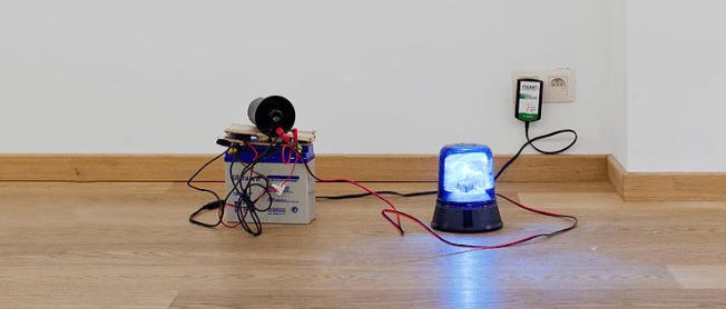 Ekaterina Vasilyeva (alias Katya Ev) Augenmusik - Fugure, 2016 serie de 24 objets police emergency light, siren, battery, cables circa 30 cm