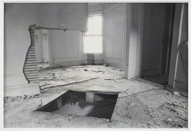 """Bronx Floor: Floor Hole"" (1972), Gordon Matta-Clark. Courtesy the Estate of Gordon Matta-Clark et David Zwirner, New York/Londres/Hong Kong. © The Estate of Gordon Matta-Clark."