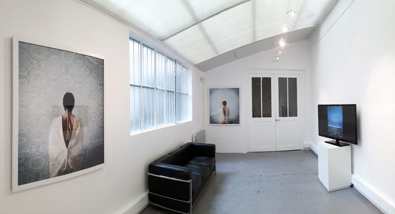 Vue d'exposition In Your Mind, H Gallery Paris avec Adel Abidin (Irak), Ahaad Alamoudi (Arabie Saoudite),  Hela Ammar (Tunisie), Ali Cha'aban (Liban) et Moataz Nasr (Egypte)