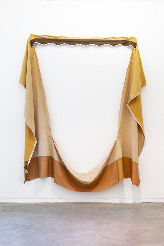Ronan Le Creurer, étole au soir, 2018, paroie de tente en coton, polyester modifé, 176 x 147 x 9 cm Photo © Margot Montigy
