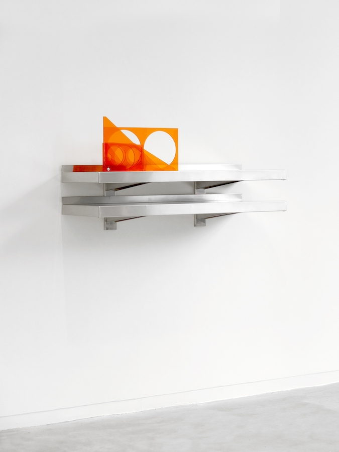 Valérian Goalec, For His Desk, 2018, 8 pièces de plexiglass teinté orange. Photo © Margot Montigy