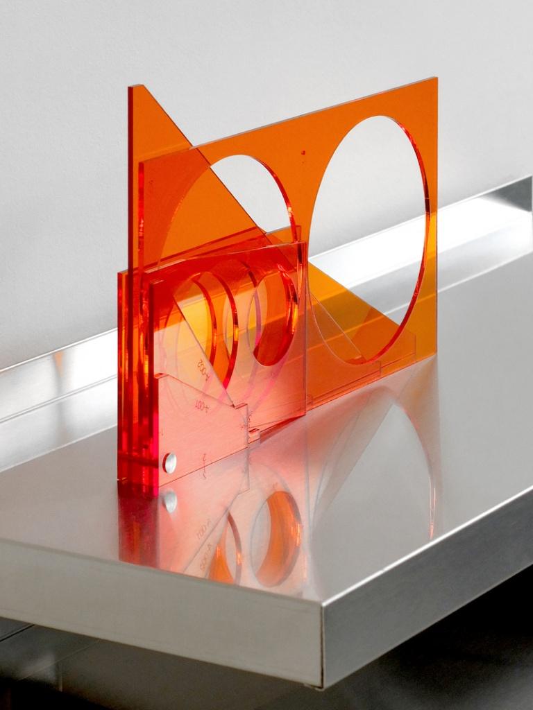 Valérian Goalec, For His Desk, 2018, 8 pièces de plexiglass teinté orange. Photo © Margot Montigy