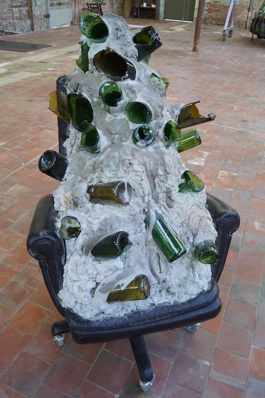 Diego Bianchi, Mass on chair, ciment, bouteille en verre, polystyrène,  fauteuil de bureau, balle de tenis, 2015 © Le SHED