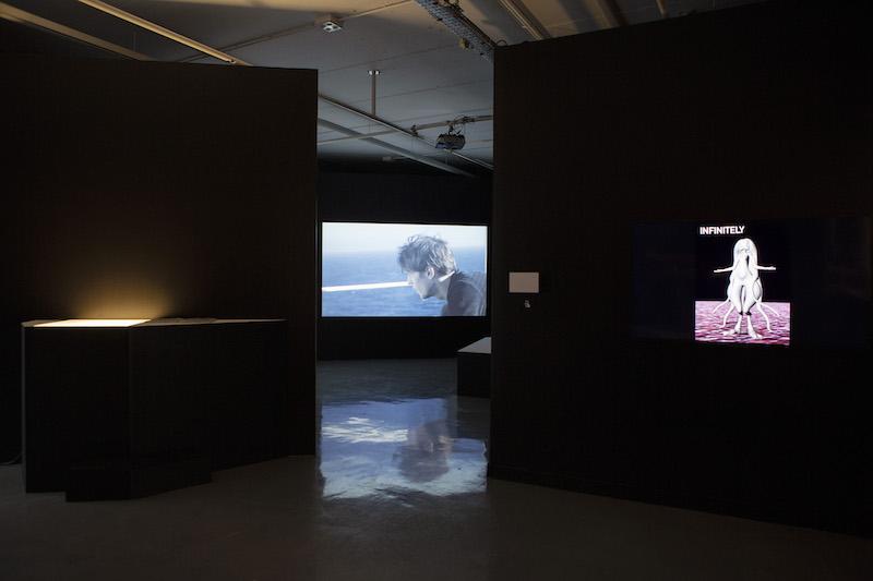 Vue d'exposition En fuyant, ils cherchent une arme 3/3 : des horizons et le départ – Maison PopulaireMontreuil - Photo Julien Lombardi