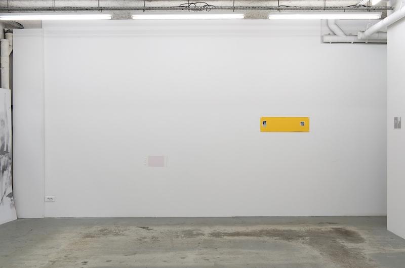 Vue d'exposition Older and Younger d'Enrico Bertelli à L'ahah #Moret, 2018 de gauche à droite : Sans titre, 2018 Vinyle adhésif 17,5 x 36 cm A Final Frame, 2017 encre sur PVC 17,5 x 78 cm photo : Marc Domage / L'ahah, Paris