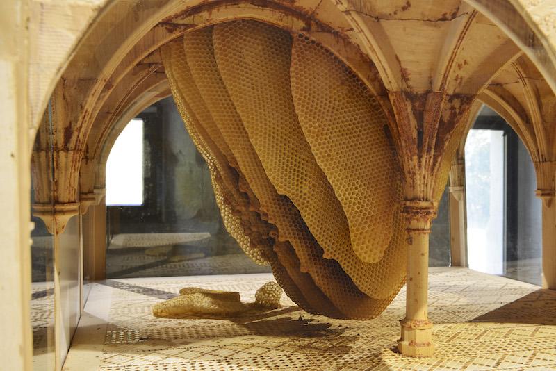 Patrick Neu, sculpture de la salle du Chapitre 2017-2018. Photo C. Brossais — Des abeilles ont étés introduites dans ce modèle réduit et y ont construit leur ruche