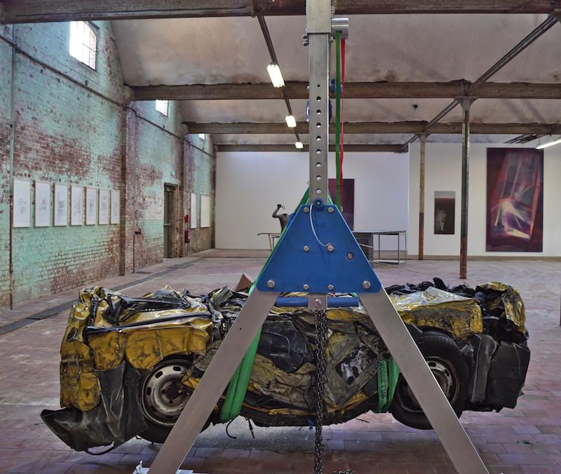 Hans Schabus, Ikarus, Renault Kangoo compressée, sangles de levage,  palan à chaîne, portique, nid d'oiseau, 2014-2016 © Le SHED