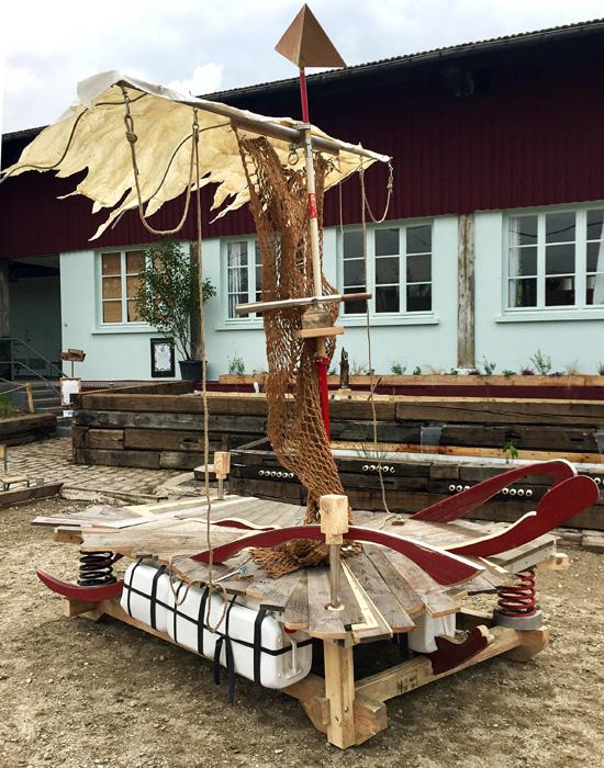 Le Râ d'Ô Jewel 2018 Radeau en matériaux de récupération monté sur ressorts, plancher marqueté gravé à la dremel Sculpture en collaboration avec Yoni Doukhan dans le cadre de l'exposition Escales en vue, Maif Social Club, Paris 2018 En partenariat avec La Cité Fertile