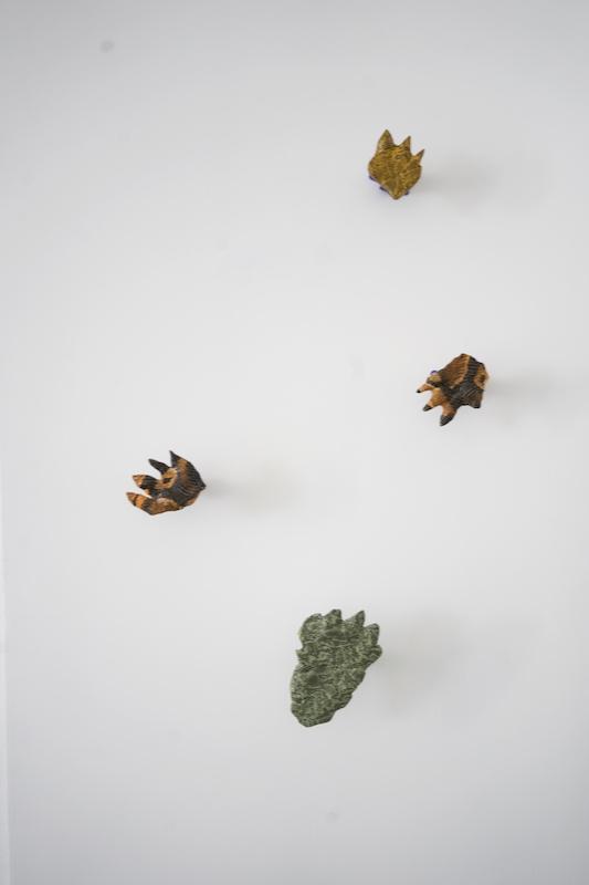 Maxime Sanchez, Juracing, (série), moulagesen plâtre de fossilisations d'empreintes de dinosaures, impressions hydrographiques, appuis intermédiaires, dimensions variables, 2018. PhotoMarie Applagnat