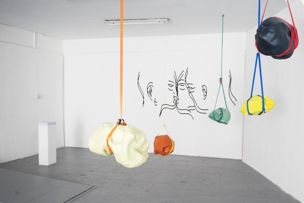 Charlotte Caragliu, Switch, fresque murale, 200x250cm, 2018. Morgane Paubert, Les Pendus, grès émaillé mat et sangle, 50x20x25, 2018. PhotoMarie Applagnat