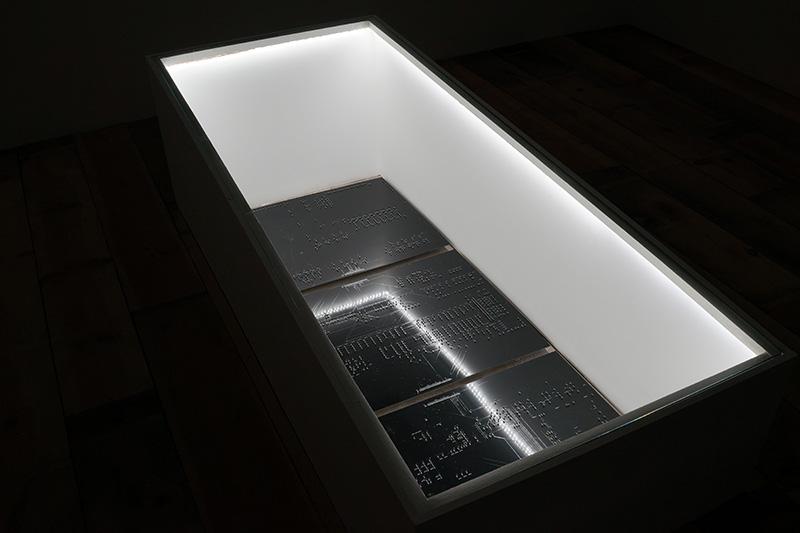 Quentin Destieu, A coeur ouvert, installation, composants électroniques, bois, verre, 2017.PhotoYohann Gozard