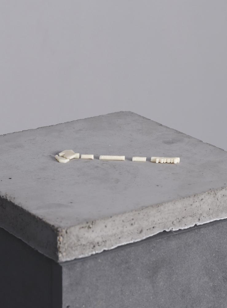 Nicolas Daubanes, Quartier des femmes mineures, prison des Baumettes, Marseille, 2017 10 cm x 2 cm, céramique dentaire, édition de 3 exemplaires Vue de l'exposition « Les mains sales » à la Galerie Maubert, 2017