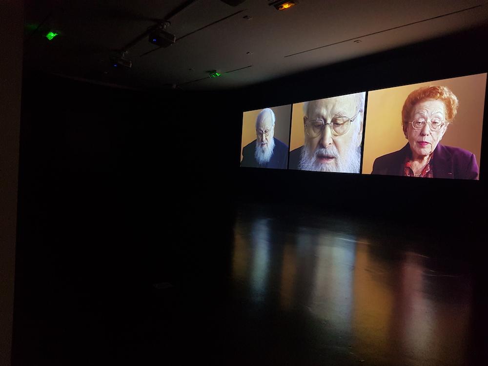 Esther Shalev-Gerz, Entre l'écoute et la parole, Derniers témoins, Auschwitz 1945-2005, vue de l'installation © Esther Shalev-Gerz / Mémorial de la Shoah