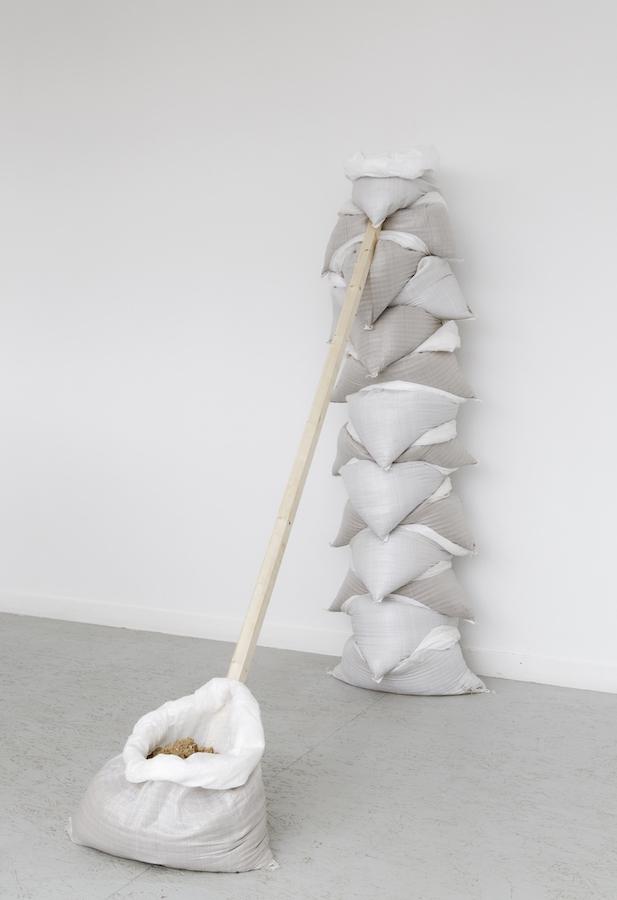 Julia Gault,La fin de la colonne, 2019.Vue de l'exposition personnelle «Onde de submersion» à l'Espace d'Art Contemporain Camille Lambert de Juvisy-sur-Orge. Photo Laurent Ardhuin